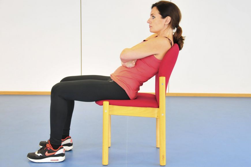 Изображение женщины, сутулой в кресле