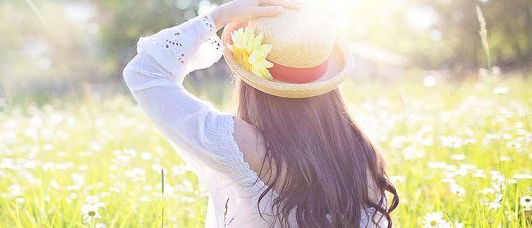 женщина на солнце в шляпе, с длинным рукавом, источник вит Д